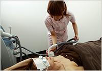 施術をする看護師と施術を受ける患者